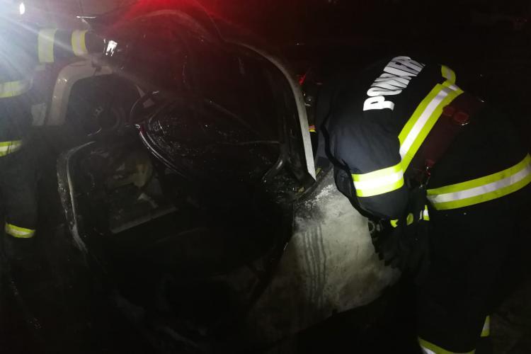 Masină cuprinsă de flăcări la Cluj, la primele ore ale dimineții FOTO