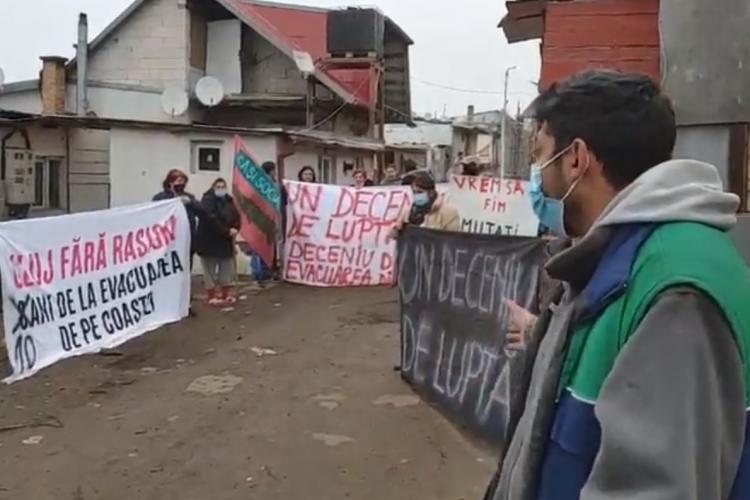 """Protest la Pata Rât. Oameni cer """"căși sociale"""". Romii zic că sunt victimele rasismului - VIDEO și FOTO"""