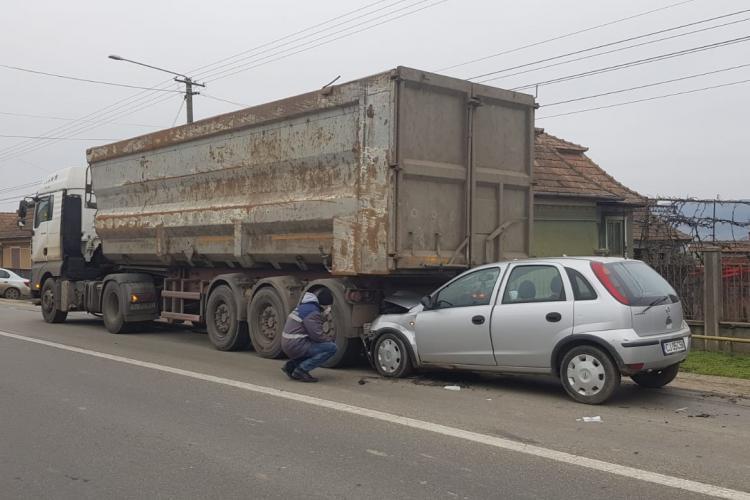 CLUJ: Accident între un TIR și un autoturism la Luncani. Două persoane au ajuns la spital FOTO