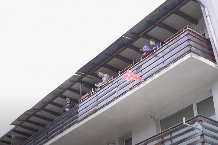VIDEO - Colind SUPERB în pandemie pe o stradă din Florești. Oamenii au ieșit la geamuri și s-au bucurat