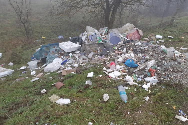 Oamenii din Chinteni aruncă gunoaiele pe marginea drumului. Este acuzată Primăria - FOTO