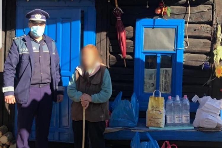 """Ajutoarele în uniformă ale lui Moș Crăciun, prinse în """"flagrant"""" la Cluj, când duceau un frigider cu alimente unei bunici de 74 de ani - FOTO"""