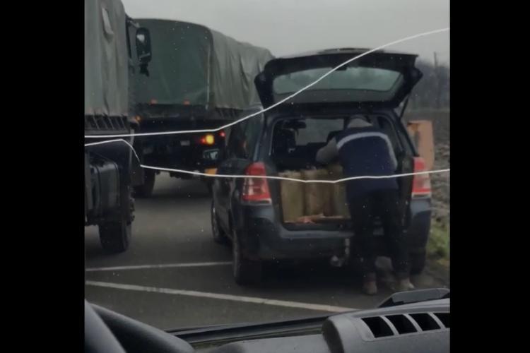 Cluj: Cum se fură motorină din camioanele Armatei pe un drum dintre Cluj-Napoca și Dej - VIDEO
