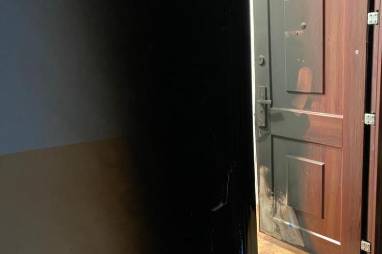 Ușa unui apartament din Mănăștur incendiată în toiul nopții. O femeie rămăsese blocată înăuntru FOTO