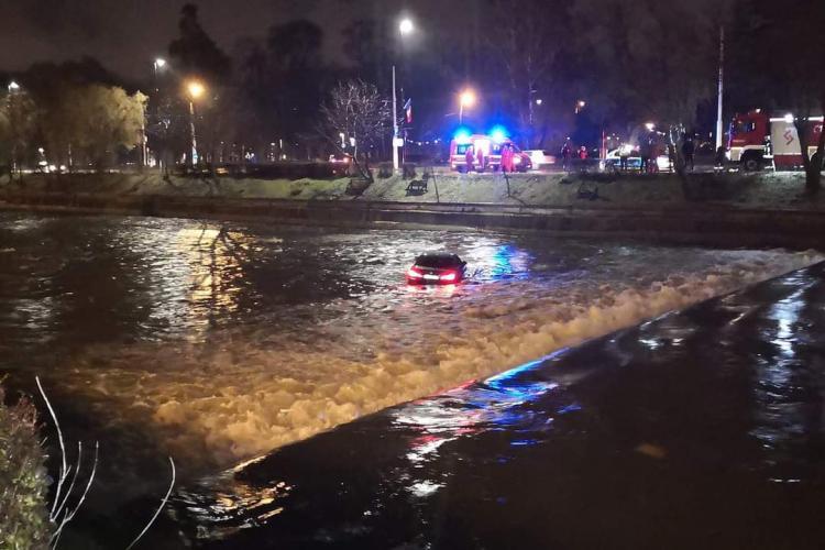 VIDEO - BMW în Someș la Cluj. Inexplicabil cum a ajuns în mijlocul râului - FOTO