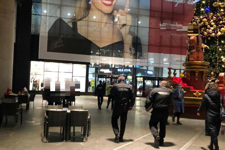 Mall -urile au fost arhipline miercuri. Polițiștii au făcut controale - VIDEO și FOTO