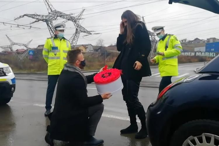Cluj: Luptătorul K1 Ciprian Mariș și-a cerut iubita în căsătorie cu ajutorul poliției - VIDEO