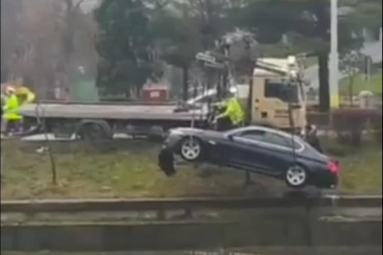 """BMW -ul care s-a """"adăpat"""" din Someș a fost scos din apă: """"Curge la apă din mașină... oioioi!"""" - VIDEO"""