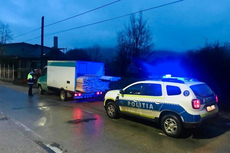 Hoți de brazi prinși în flagrant de polițiști. Au fost tăiați din Băișoara și comuna Poiana Vadului - FOTO / VIDEO