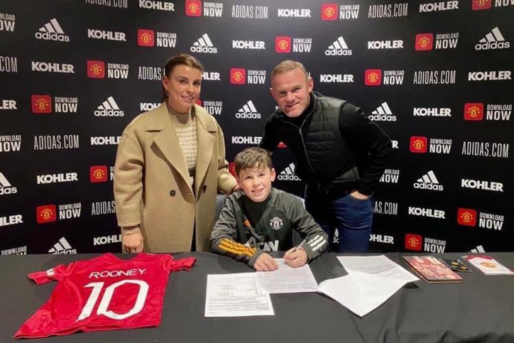 La doar 11 ani, o ia pe urmele legendarului său tată și semnează cu Manchester United. Vezi ce copil are deja contract cu celebrul club