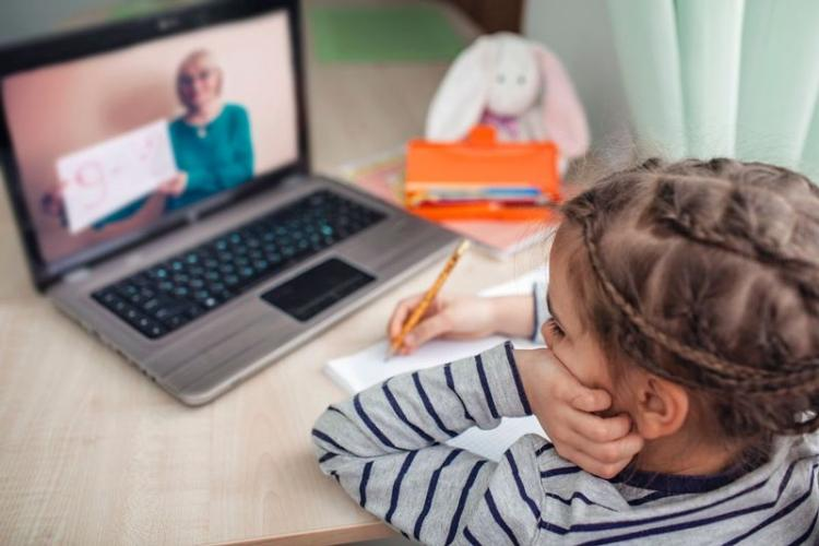 Profesorii clujeni nu mai sunt de acord cu orele online: Copiii suferă
