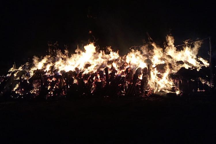 Copiii cu petardele au dat foc unui depozit de furaje din Câțcău - VIDEO