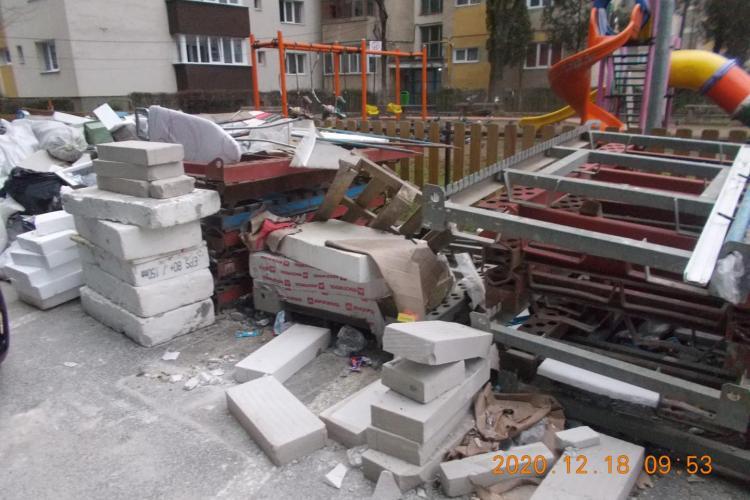 """Firma """"obraznică"""" din Cluj-Napoca amendată cu 20.000 de lei pentru că a umplut drumul cu deșeuri - FOTO"""