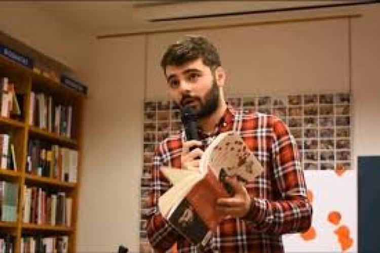 Un român a ajuns cel mai citit poet din Spania. A vândut peste 100.000 de cărți