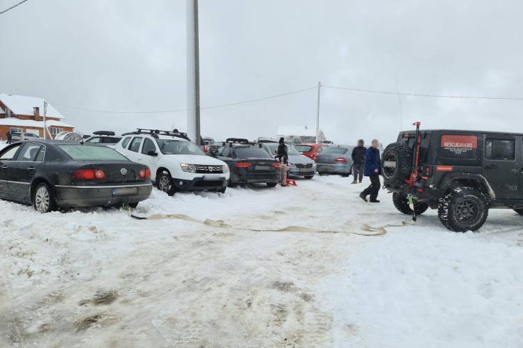 """11 mașini """"eșuate"""" în zăpadă la Buscat. Voluntarii  Rescue 4x4 au intervenit - FOTO"""