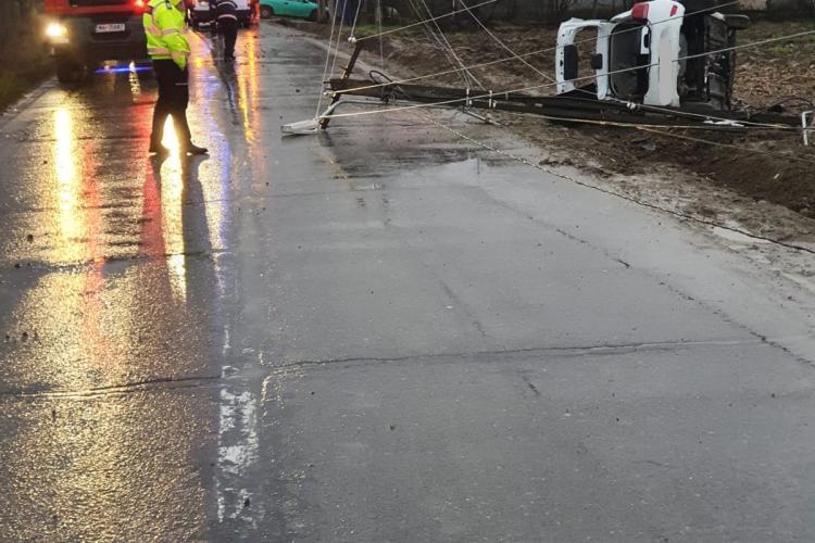 Mașină răsturnată la Mica, după Revelion! Un bărbat rănit era prins în interior - FOTO