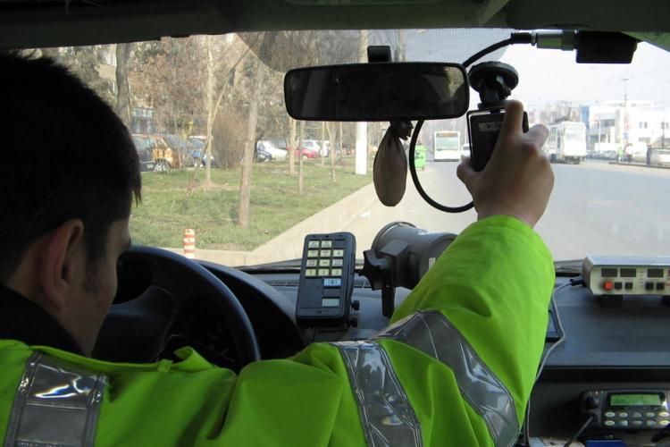 Șofer din Gherla a fugit de poliție și a fost găsit ascuns sub un autobuz