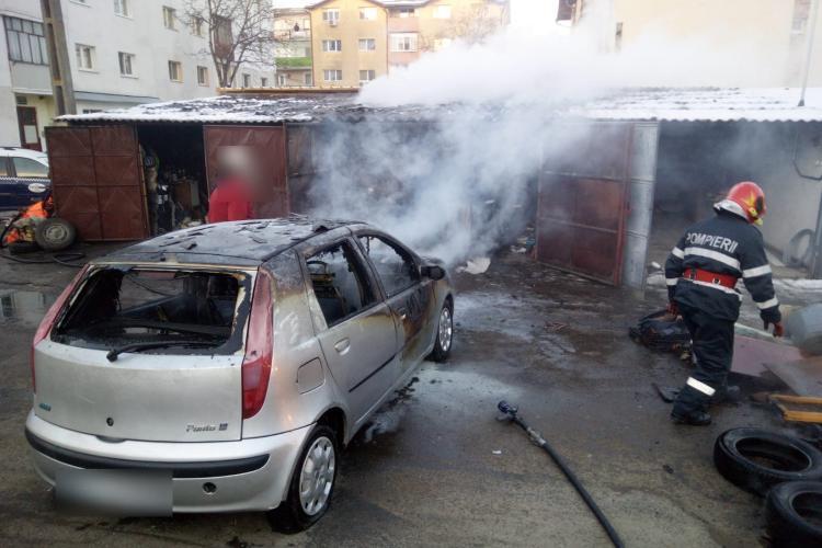 VIDEO. Un garaj a luat FOC în Gherla. Un tânăr a avut nevoie de îngrijiri medicale