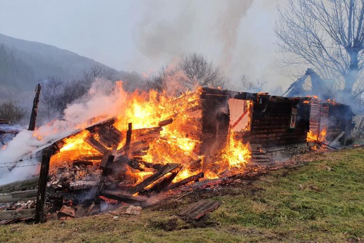 Pompierii clujeni au intervenit la un incendiu în Poșaga de Jos, județul Alba - FOTO