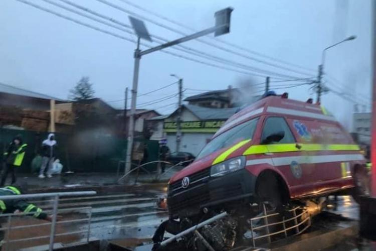 Accident cu o ambulanță SMURD. Trei persoane rănite, mai multe tramvaie blocate