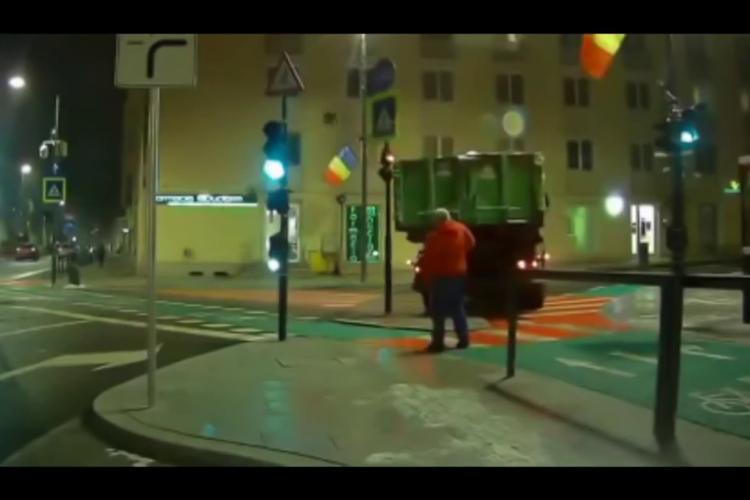 Dorel a spulberat un semafor nou din Piața Lucian Blaga -  VIDEO
