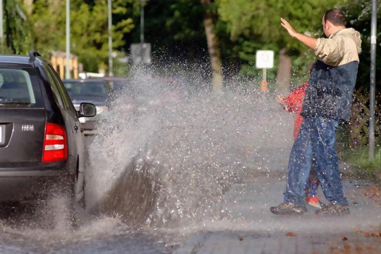 """Boc inaugurează străzile de pe cisternă: """"Când plouă, stau la trecerea de pietoni și mă udă mașinile din cap până în picioare"""""""