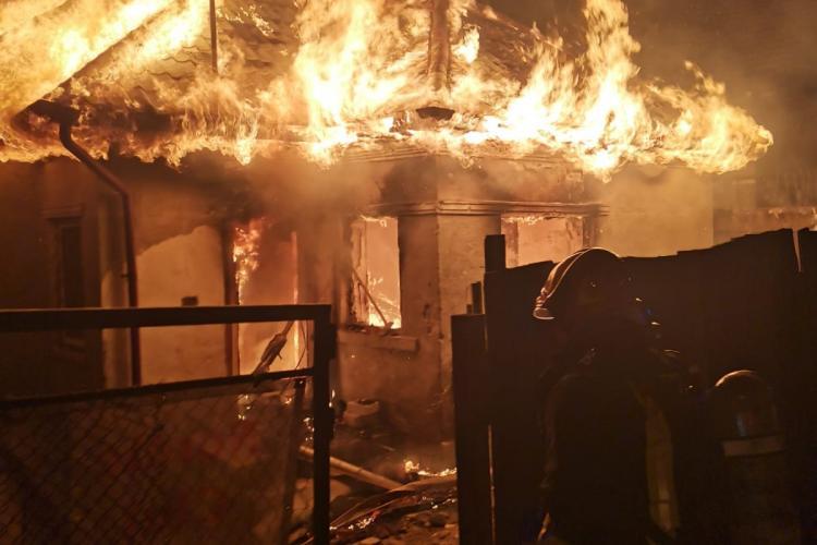 Incendiu pe Valea Seacă, din Cluj-Napoca. S-a crezut că un copil a rămas în casa în flăcări - FOTO