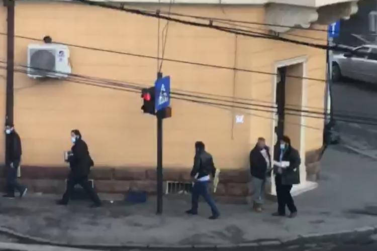 Poliția locală Cluj-Napoca fumează alături de vânzătorii de petarde din Piața Mihai Viteazu - VIDEO