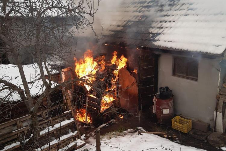 Incendiu în Câmpia Turzii. Vecinii au încercat să stingă flăcările FOTO