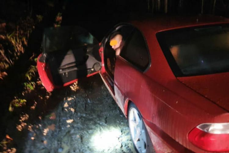 Tânăr găsit dezbrăcat într-un BMW împotmolit pe un drum forestier - FOTO