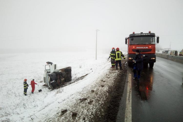 Mașină răsturnată pe marginea drumului între Copăceni și Tureni - FOTO