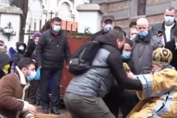 ÎPS Teodosie, Arhiepiscopul Tomisului, a căzut în timpul slujbei de Bobotează, când sfințea apa care alungă bolile - VIDEO