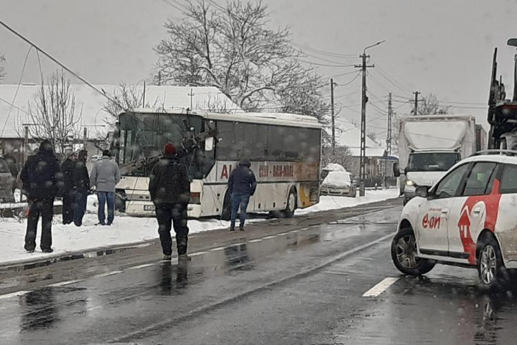 Un autocar a lovit un stâlp la Nima. Traficul este afectat
