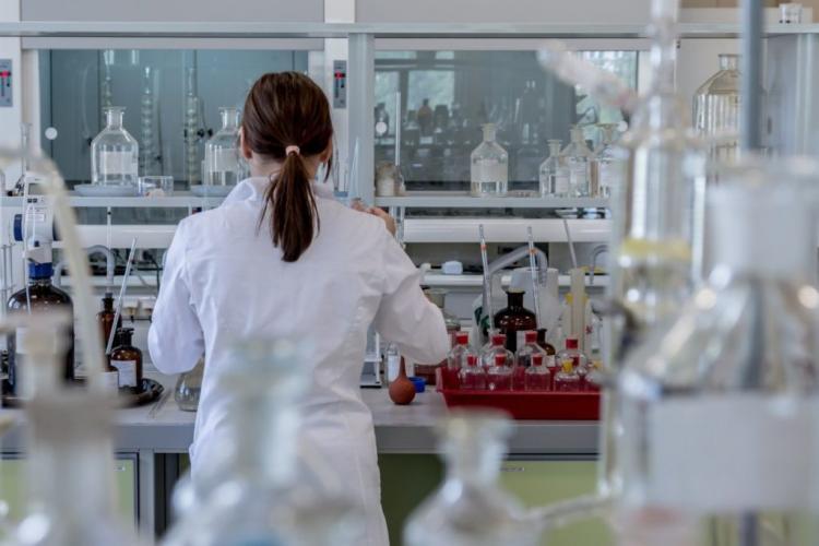 Noua tulpină COVID-19 nu a fost confirmată în România, dar se testează probele de la un pacient