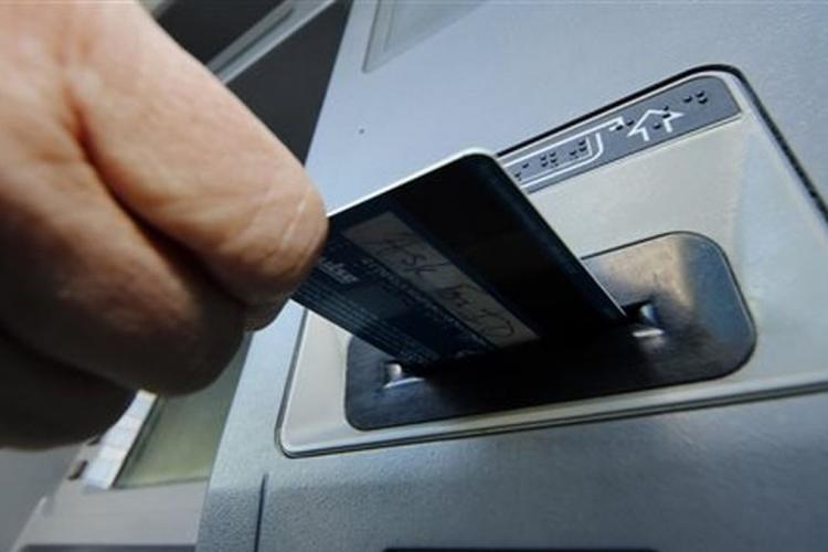 Cluj: Probabil și hoțul a fost ȘOCAT! A furat un card într-un autobuz din Mărăști și a găsit CODUL PIN scris pe spate