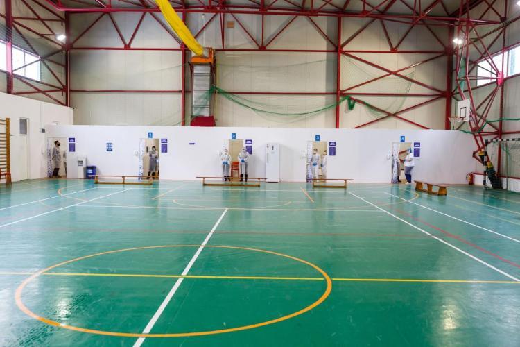 Cum arată un centru de vaccinare din Cluj-Napoca, făcut într-o sală de sport - Galerie FOTO