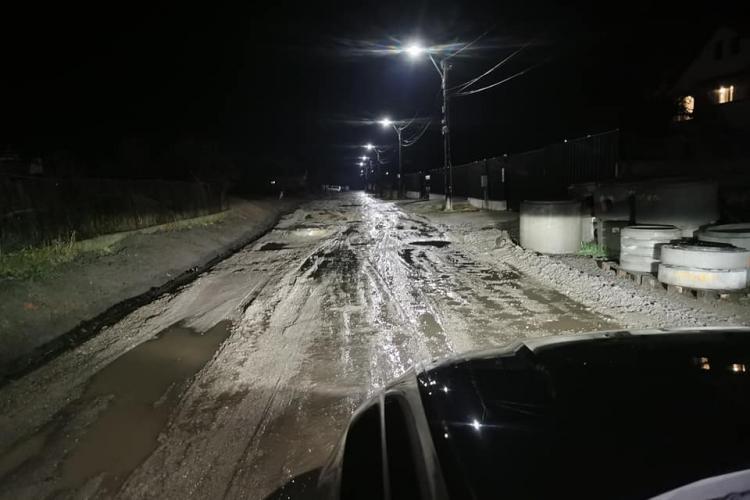 Stradă bombardată în Huedin și abandonată de primarul Mircea Moroșan: S-au răsturnat 2 camioane - FOTO