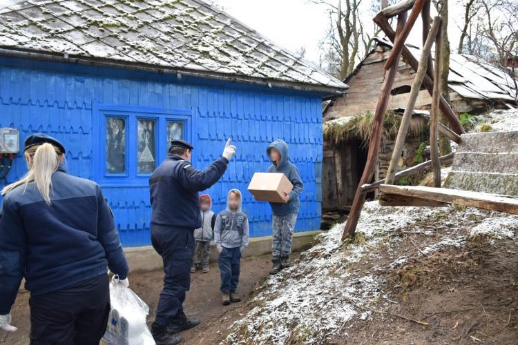 Jandarmii au dus donații în zona de munte a Clujului. Un tată care își crește singur fata a primit panouri solare - FOTO