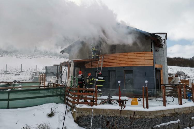 Incendiu la o casă din Chinteni. Pompierii s-au luptat cu focul aproape 2 ore FOTO