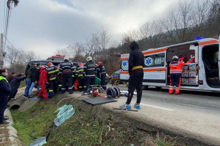 Mașină răsturnată pe strada Șomcutului din municipiul Dej - VIDEO