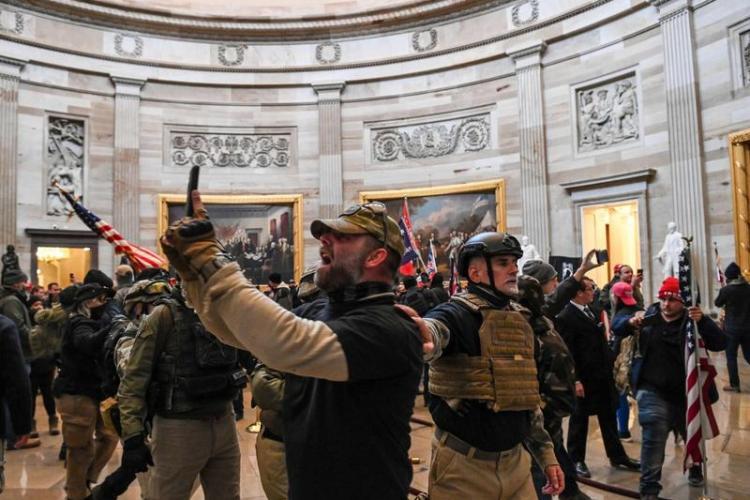 Washington intră în stare de urgență 15 zile, după ce susținătorii lui Trump au invadat Clădirea Capitoliului