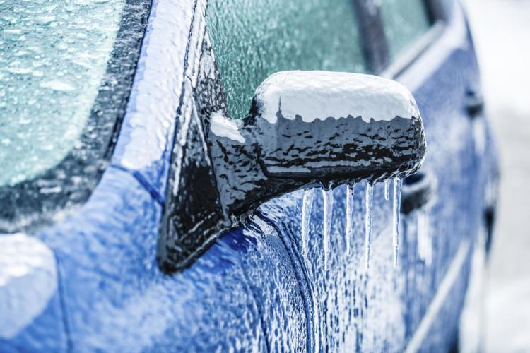 Trucuri pentru dezghețarea geamurilor de la mașină. 7 metode care chiar funcționează