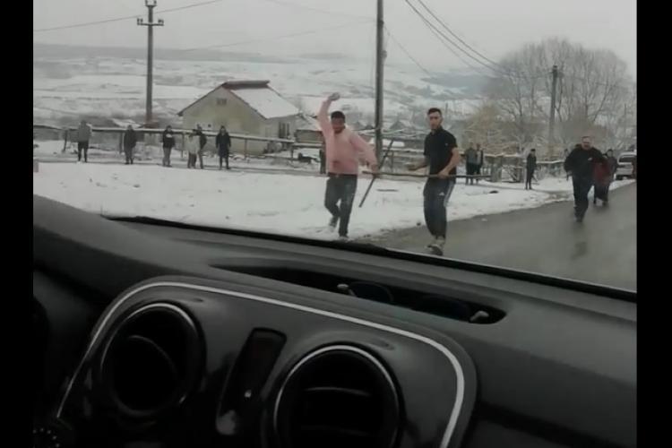 Polițiști atacați cu pietre de romi: legea se face cu parul în mână și unde autoritățile locale nu au făcut nimic - VIDEO