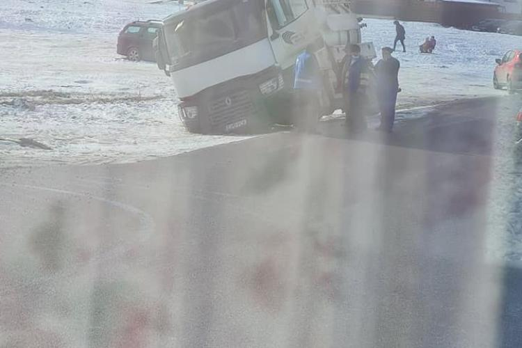 """Mașinile se scufundă în noroi, la Florești! Numai joi au fost două """"victime"""" - FOTO"""