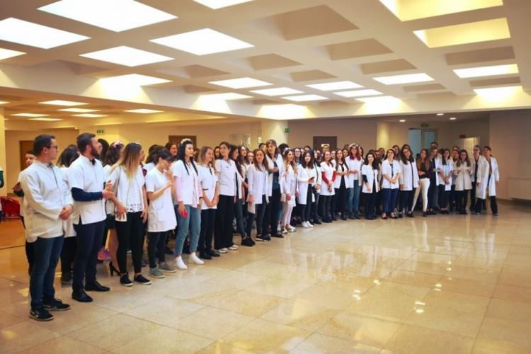"""Studenții străini de la UMF Cluj, tratați ca studenți """"second hand"""". Nu sunt vaccinați și nu pot face practică în spitale - EXCLUSIV"""