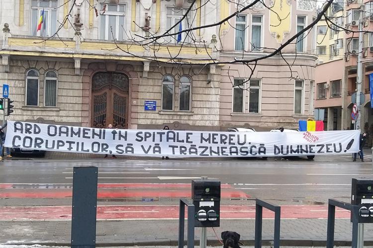 """Mesajul suporterilor U Cluj: """"Ard oameni în spitale mereu. Corupților, să vă trăznească Dumnezeu!"""""""