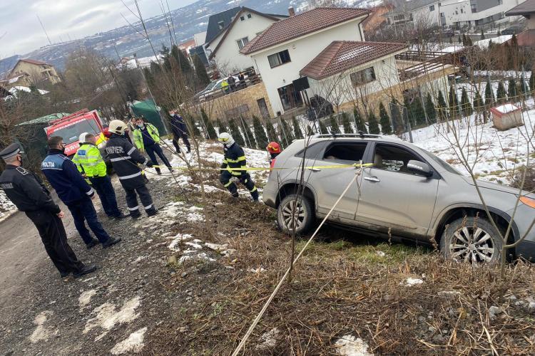 Femei salvate pe strada Mihail Sebastian din Cluj-Napoca dintr-un autoturism care se prăbușea - FOTO