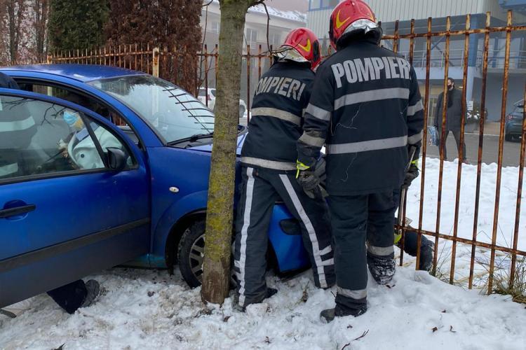 Accident pe strada Bună Ziua! Pompierii au intervenit de urgență pentru ca exista riscul izbucnirii unui incendiu - VIDEO