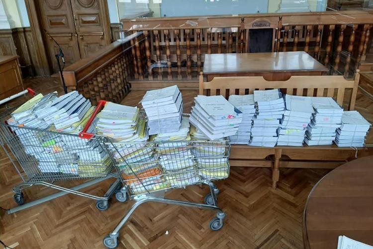 Un judecător clujean transportă dosarele cu cărucioarele de la Kaufland. Volumul de muncă e uriaș - FOTO