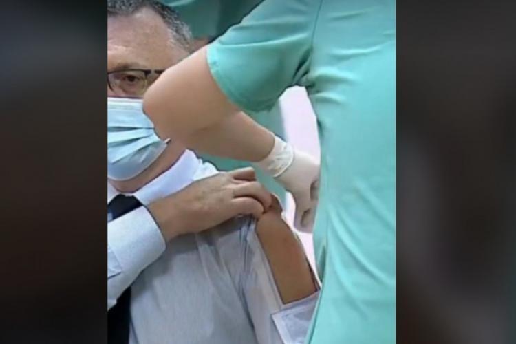 """Ministrul Educației, Sorin Cîmpeanu, a apărut la vaccinare cu o cămașă specială, cu """"fereastră"""""""